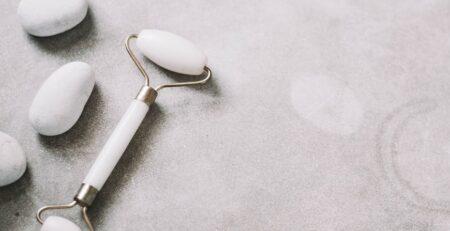 białe kamienie masażer do twarzy kolagen