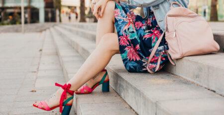 Kobieta siedząca na schodach - obrzęki nóg i żylaki