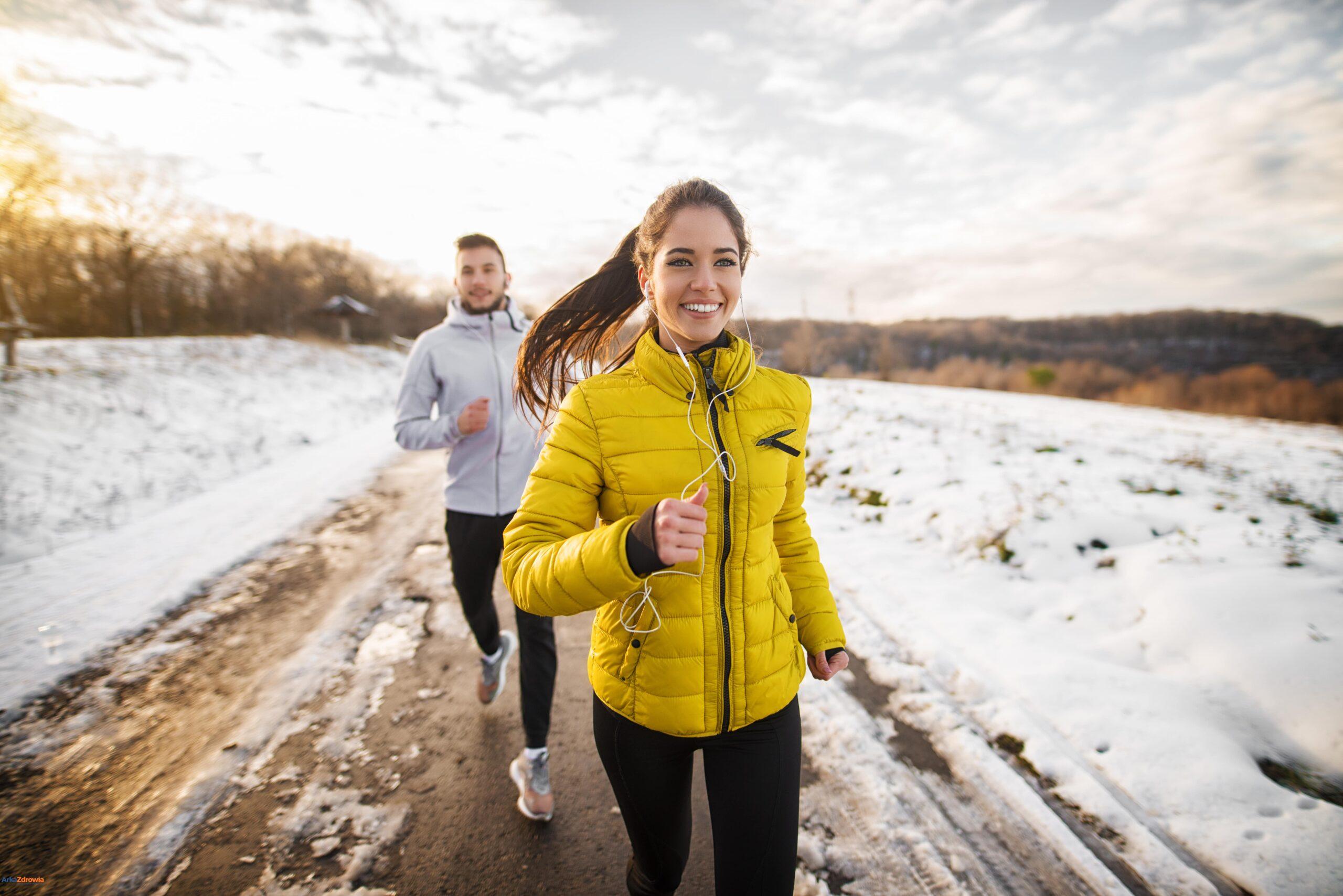 Kobieta i mężczyzna biegający w zimowych warunkach - odporność zimą na co zwrócić uwagę