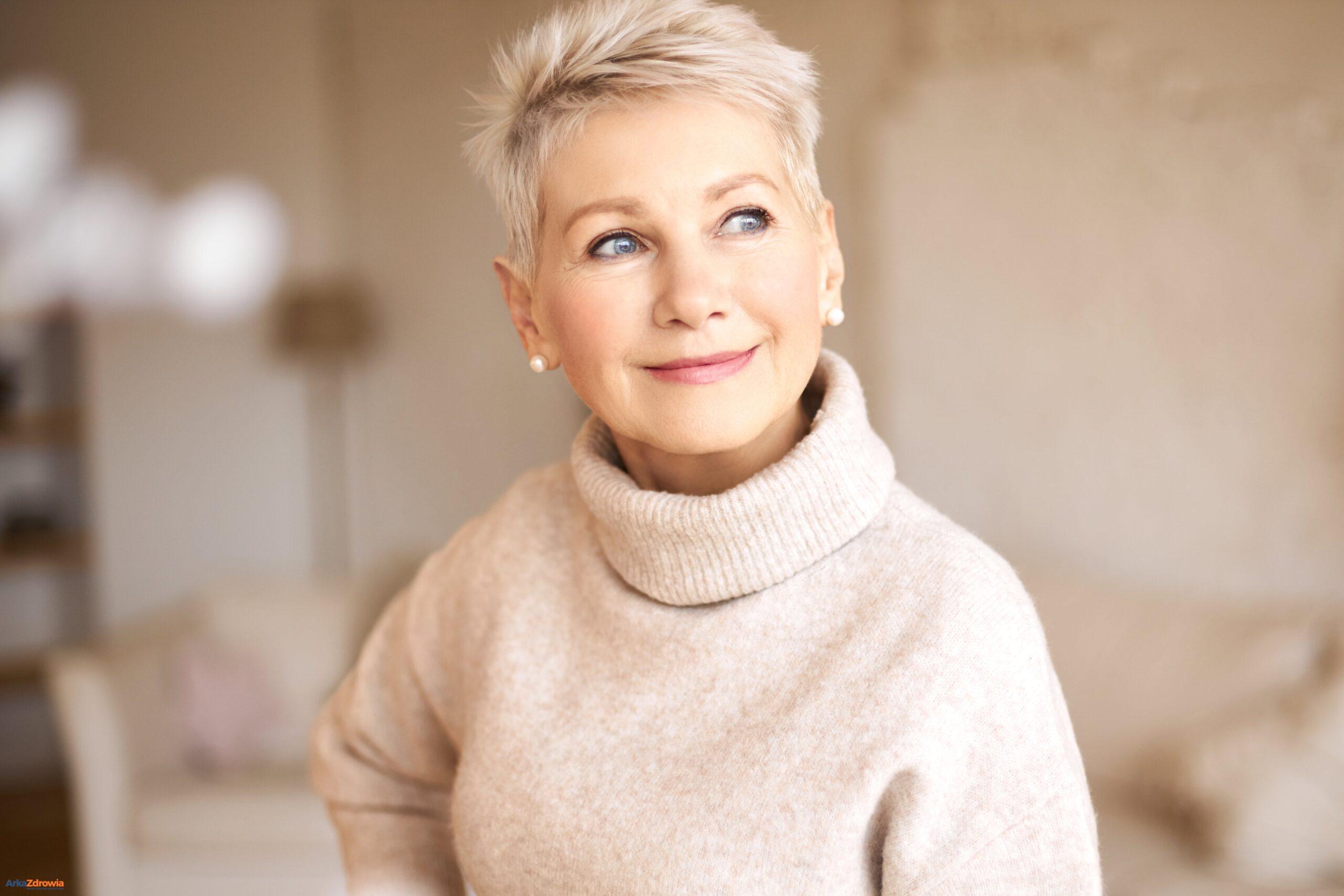 Uśmiechnięta kobieta w średnim wieku - jak skutecznie walczyć z procesem starzenia