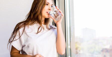 Kobieta pijąca ViviLife Skin - kolagen święty Graal dla skóry