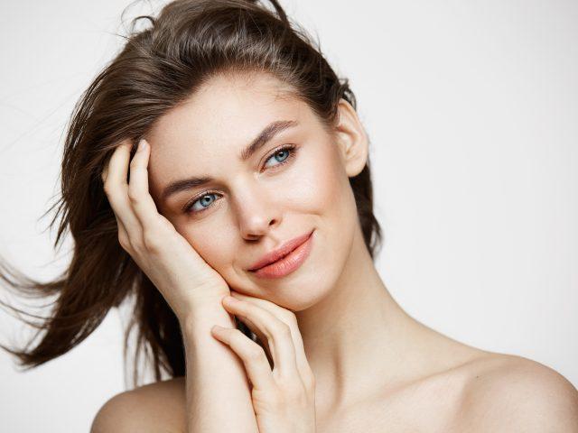 Kobieta z pięknymi włosami - jak kompleksowo zadbać o włosy