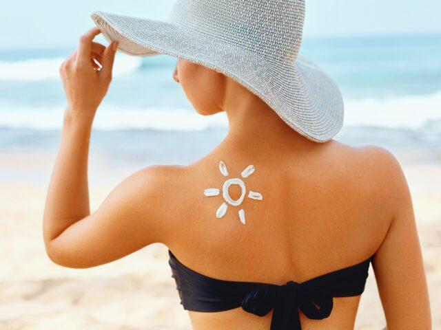 kobieta w kapeluszu na plaży