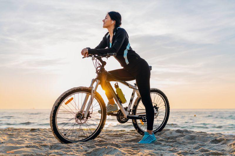 Kobeta na rowerze na plaży