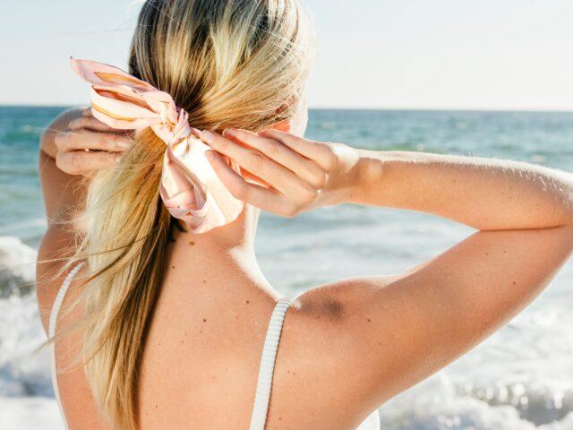 kobieta spinająca włosy