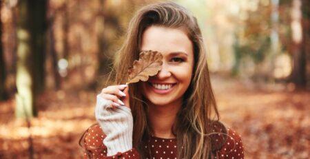 dziewczyna z liściem w dłoni
