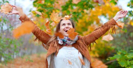 młoda kobieta wśród jesiennych liści